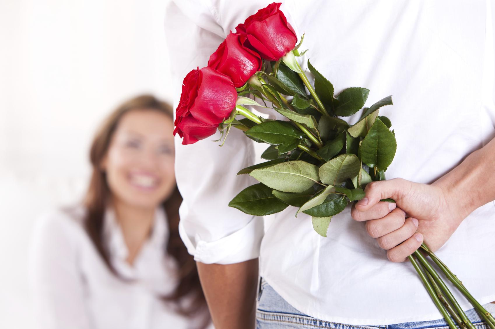 Если не выкладываешь фото с цветами не значит что из не дарят