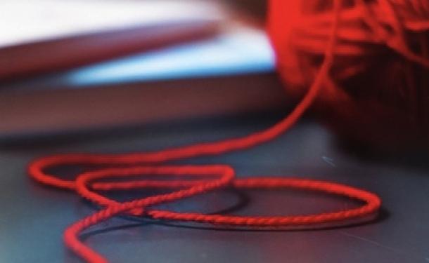 Красная нить на запястье – мощный оберег от сглаза
