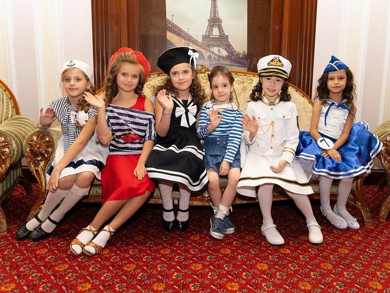 юные финалистки в костюмах «матросы»